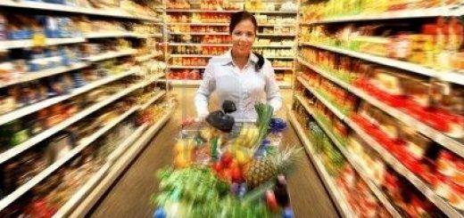 4413063-mujer-en-un-supermercado-a-comprar-alimentos-frescos