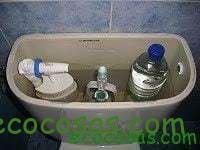 Como ahorrar agua y dinero con una botella de plástico 2