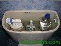 Como ahorrar agua y dinero con una botella de plástico 18