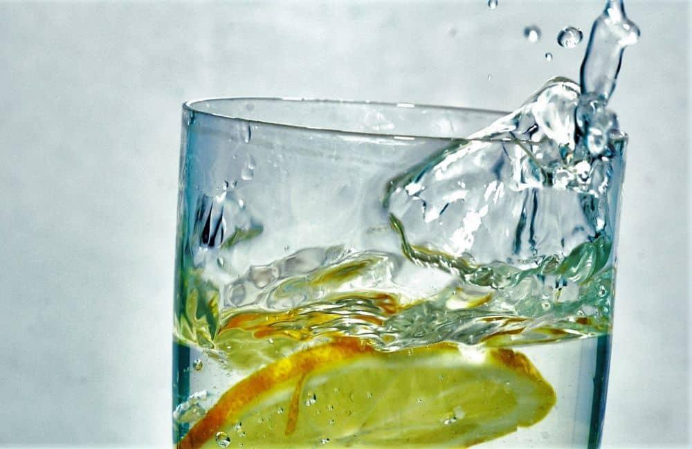 Los increíbles beneficios de tomar agua con limón 1