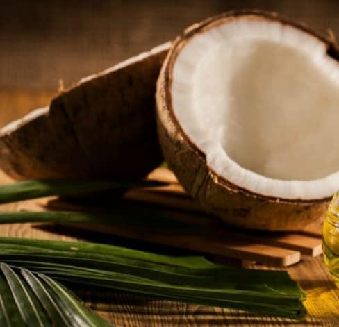 Como se utiliza aceite de coco en el pelo